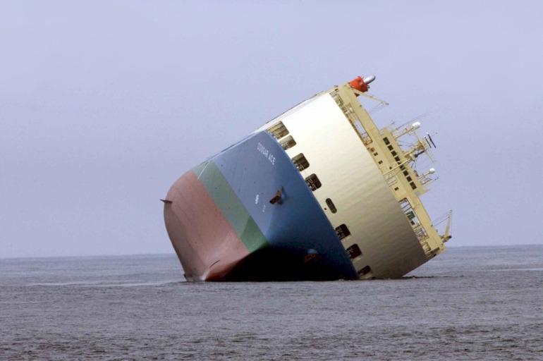 ship-aground-1041335_1920