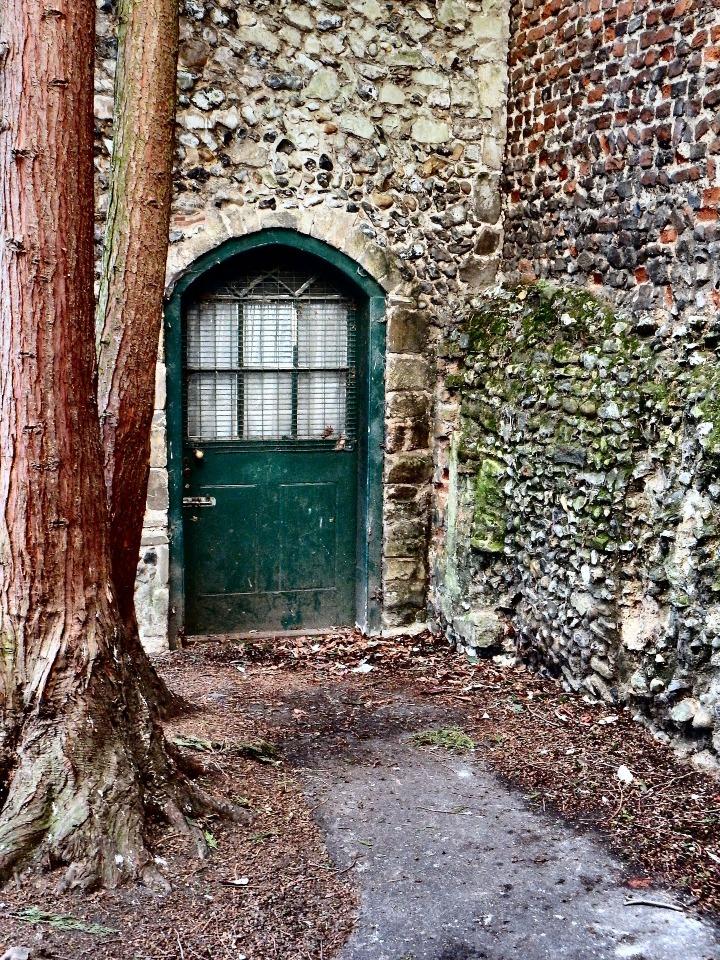green-door-2699227_1920