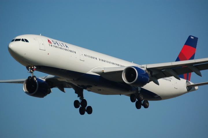 airplane-749542_1920