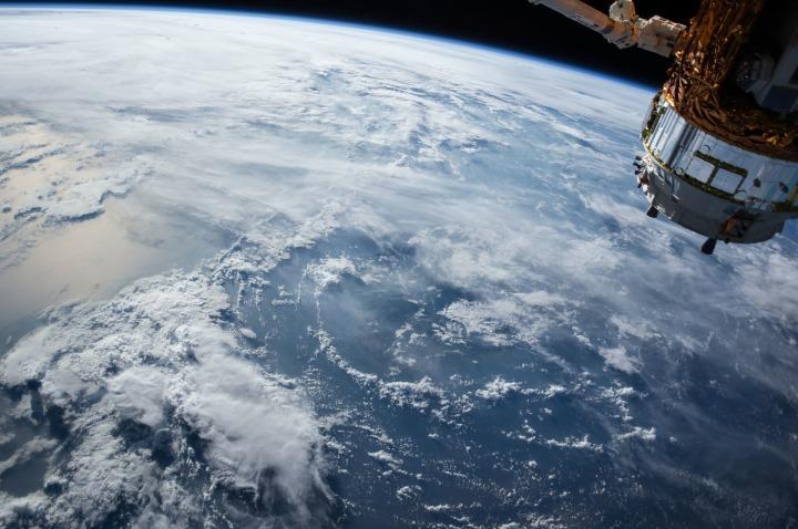 satellite-1030779_1920